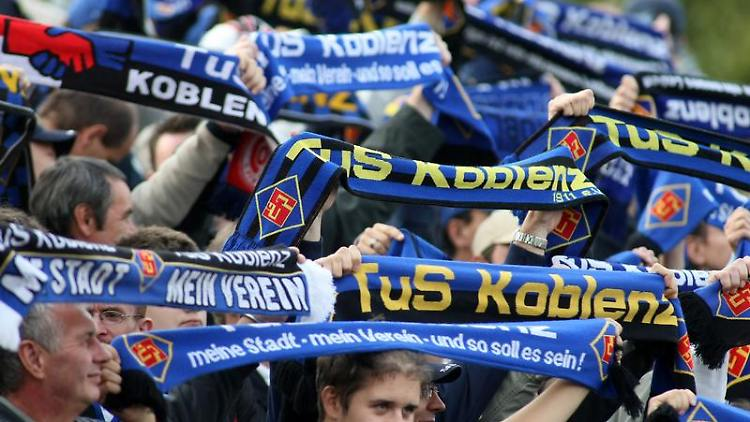 Die Fans des TuS Koblenz halten zu ihrem Verein. Mit einer eigens gegründeten Stiftung soll die Mannschaft langfristig unterstützt werden. Foto:Thomas Frey