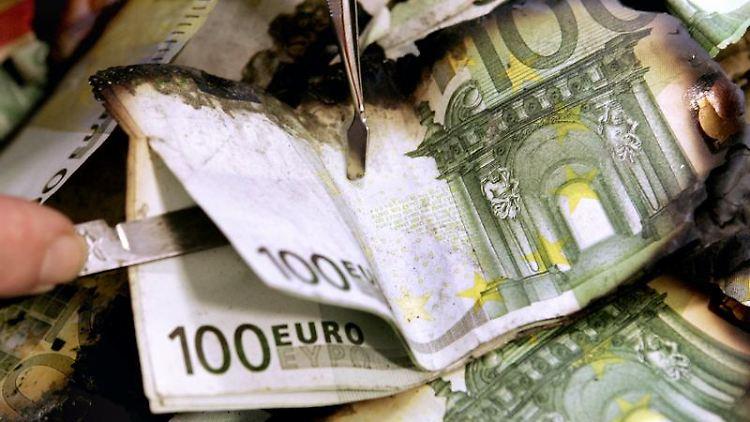 Diese Euroscheine wurden bei einem Brand in Mitleidenschaft gezogen. Stark beschädigte Noten können bei der Bank umgetauscht werden. Foto: Frank May