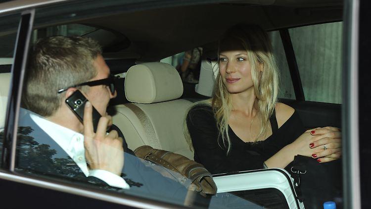 Na, die beiden haben sich, ja, was? Was zu sagen? Nationalspieler Bastian Schweinsteiger und seine Freundin Sarah Brandner verlassen nach ihrer Ankunft am Flughafen in München den Flughafen.