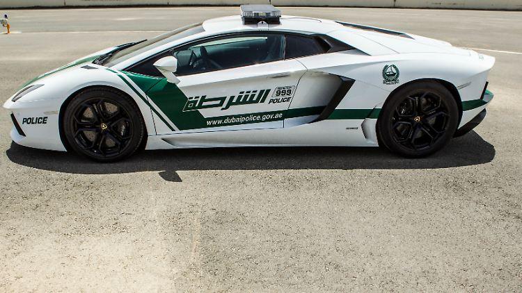 Polizei In Dubai Fährt Lamborghini Und Co Mit Luxusschlitten Auf