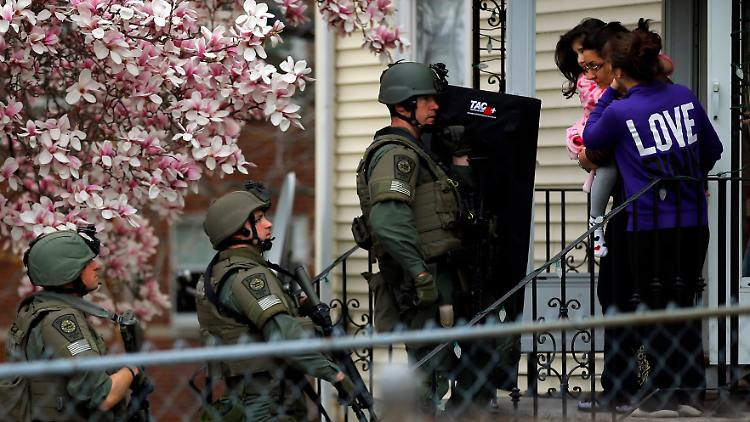 2013-04-20T020630Z_01_BKS119_RTRMDNP_3_USA-EXPLOSIONS-BOSTON-CUSTODY.JPG6631617426510058961.jpg