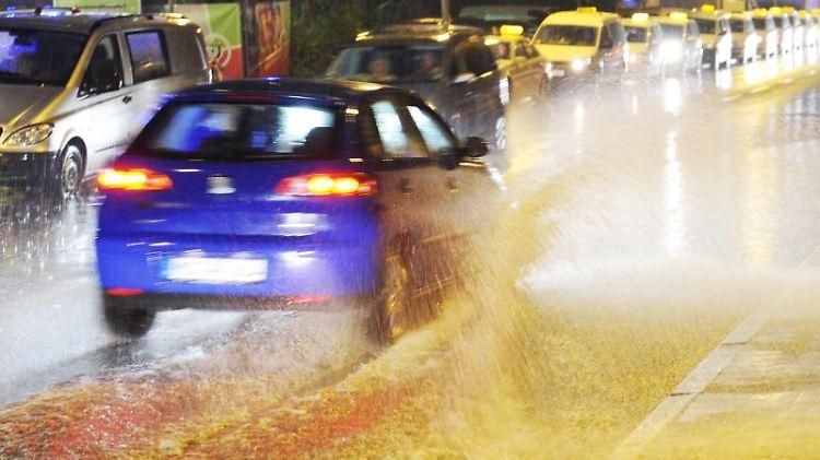 Um die Gefahr von Aquaplaning einzuschätzen, können Autofahrer sich an den Spuren des vorausfahrenden Fahrzeugs orientieren. Foto: Julian Stratenschulte
