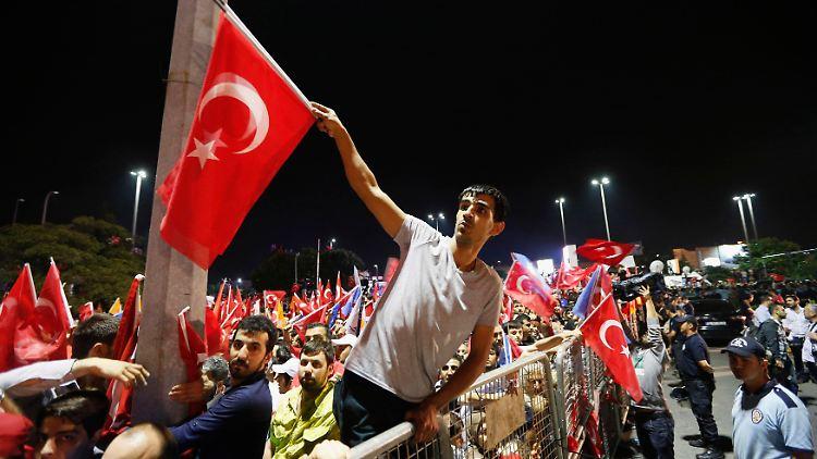 2013-06-07T015715Z_2078092832_GM1E9670RHE01_RTRMADP_3_TURKEY-PROTESTS.JPG5770378141218845301.jpg