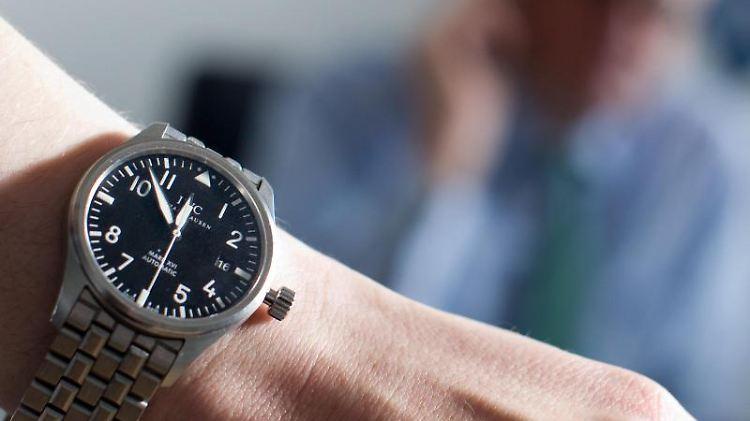 Bloß nicht ohne Uhr auftauchen: Wer im Assessment Center punkten will, sollte penibel auf die Pünktlichkeit achten. Foto: Jens Christophers