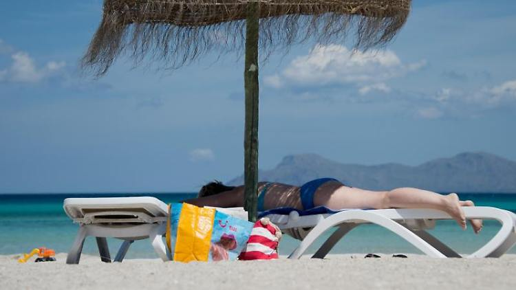 Einfach nur entspannen: Mit einer Stop-loss-Order können Aktienbesitzer sorglos in den Urlaub fahren. Foto: Julian Stratenschulte
