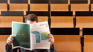 Ein Blick in die Stellenanzeigen in der Zeitung und Geisteswissenschaftler stellen fest: Sie passen auf jeden Job - und keinen. Für sie ist es deshalb besonders wichtig, sich früh zu spezialisieren. Foto:Kai Remmers
