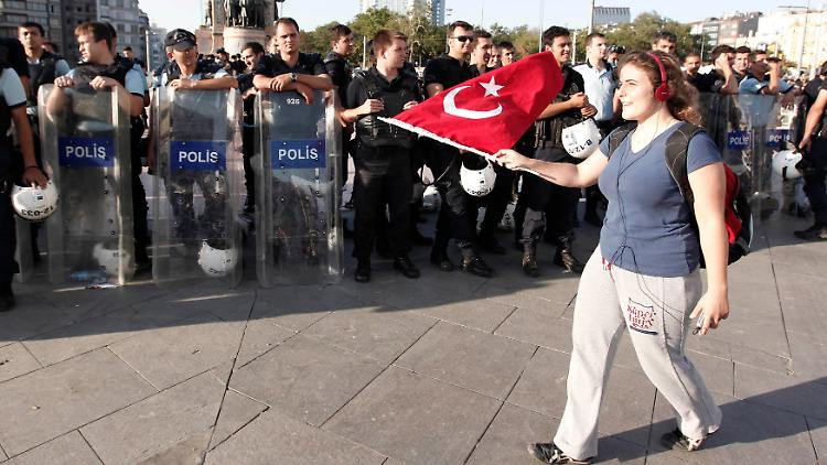 2013-06-25T193348Z_138178093_GM1E96Q09P901_RTRMADP_3_TURKEY-PROTESTS.JPG8894974182038838703.jpg