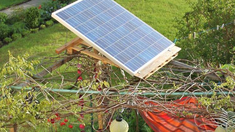 Solaranlagen müssen nicht auf dem Dach angebracht sein: Mini-Anlagen findet man beispielsweise im Garten. Foto: Deutsche Gesellschaft für Sonnenenergie