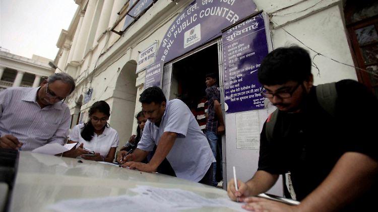 Tausende Inder stürmten noch einmal in die Ämter.