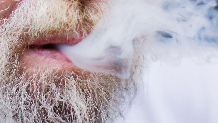 Rauchernutte melkt Schwanz am Ortseingang ab