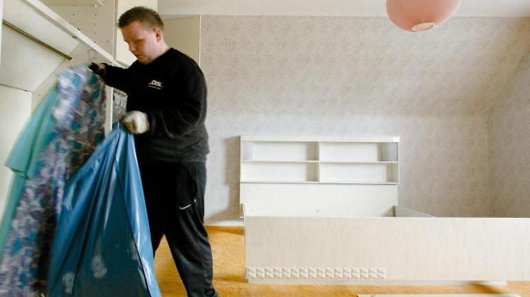 Ausräumen, entrümpeln und möglicherweise auch renovieren - auch das kann zu den Aufgaben von Mietvertragserben gehören. Denn alle Rechte und Pflichten vom Erblassers gehen auf sie über. Foto:Markus Scholz