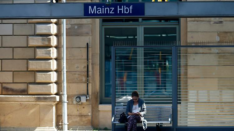 Züge kommen derzeit in Mainz eher selten an - und auch in den kommenden Tagen heißt es Warten.