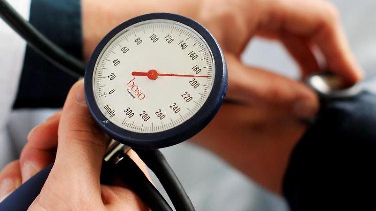 Auf den Blutdruck achten: Menschen mit normalen Werten sind weniger gefährdet, einen Schlaganfall zu erleiden. Foto: Jochen Lübke