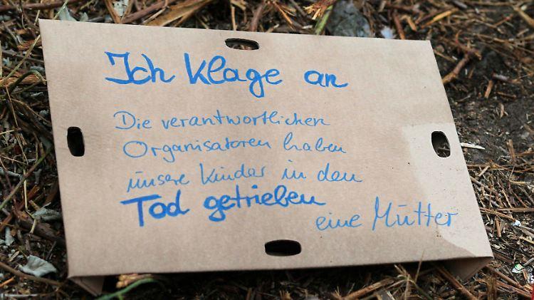 2010-07-25T211415Z_01_WR49_RTRMDNP_3_GERMANY-STAMPEDE.JPG8196787950228611552.jpg