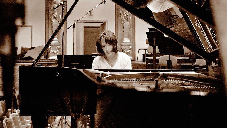 03-Grimaud-Brahms-Piano-Concertos-Photocredit-Mat-Hennek-DG.jpg