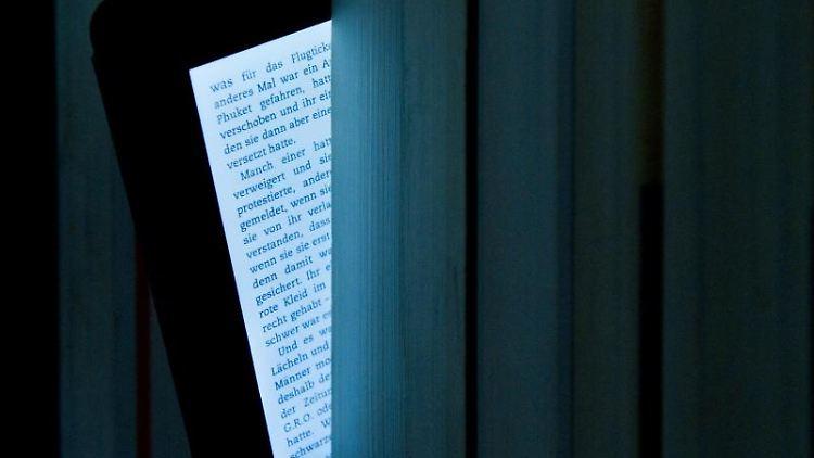 Pendler-Lektüre: Für ein paar schnelle Seiten unterwegs eignen sich auch Smartphones als Lesegerät. Foto: Franziska Koark