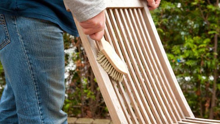 Holzmöbel werden im Herbst mit einer Folie abgedeckt. Foto: Kai Remmers