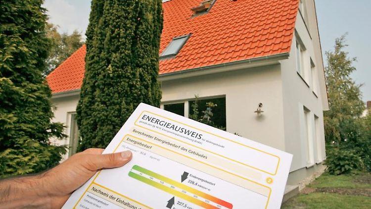 Die Farbskala macht das Lesen des Energieausweises einfach. Wohnungssuchende sollten jedoch darauf achten, ob darin nur der Verbrauch oder aber der tatsächliche Bedarf angegeben ist. Foto: dena