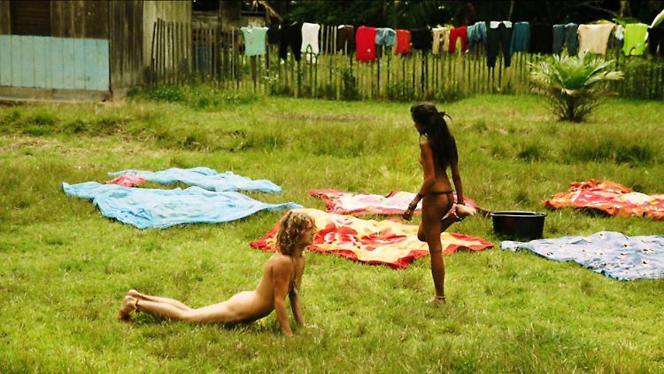Dan (links) und Kaajal (rechts) machen Morgengymnastik im Adamskostüm.jpg