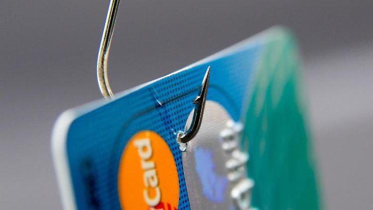 Bekommen Betrüger Zugang zum Paypal-Account, können sie über die verbundenen Bank- oder Kreditkartenkonten Zahlungen tätigen. Foto: Andrea Warnecke