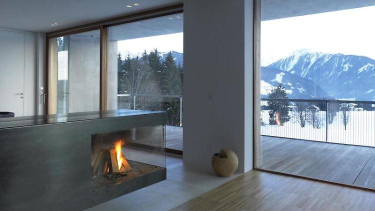 Damit die Wärme des Kamins im Wohnzimmer bleibt, sind moderne Isolierfenster eine sinnvolle Anschaffung. Foto: Verband Fenster und Fassade.
