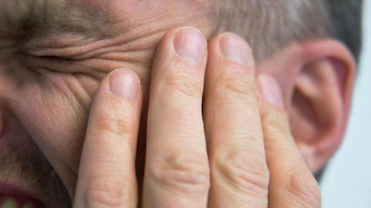 Ständige Ohrgeräusche können so ähnlich wie Schmerzen wirken.