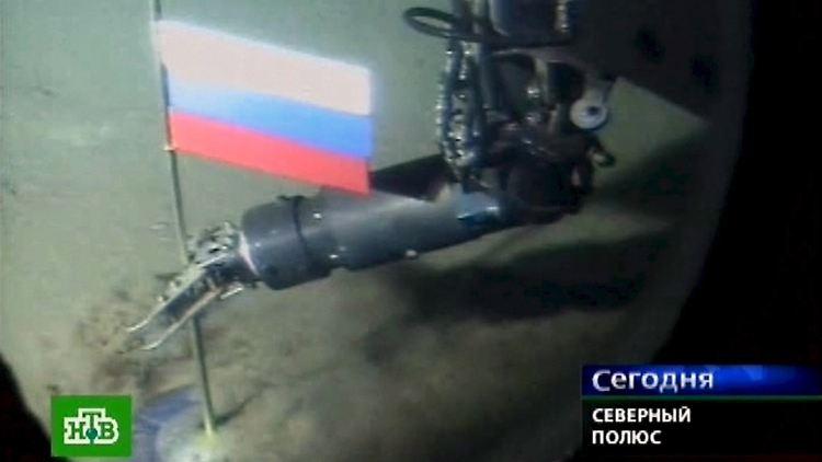 Videograb des russischen Fernsehnachrichtensenders NTV zeigt ein russisches Mini-U-Boot, dessen Roboterarm bei einer Live-Übertragung demonstrativ die weiß-blau-rote Nationalflagge Russlands in den Meeresboden am Nordpol etwa 4261 Meter unterhalb der Meeresoberfläche steckt.jpg