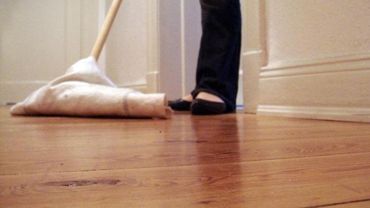 Vor einer Wohnungsübergabe, sollten grobe Verschmutzungen an Böden, Wänden und Decken beseitigt werden. Foto:Anne Gottschalk.