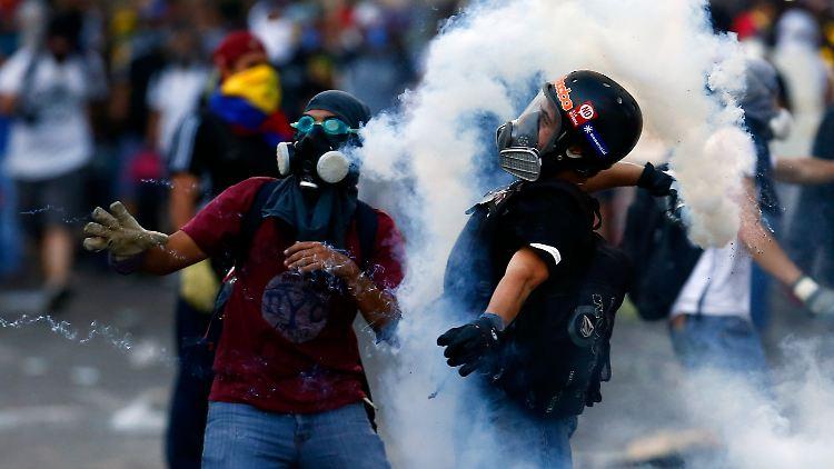 2014-03-04T005219Z_992010746_GM1EA340OL801_RTRMADP_3_VENEZUELA-PROTESTS.JPG7181109234776583842.jpg