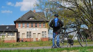 Wie hier in Hasenfelde zeugen noch alte Bahnhofsgebäude von der Oderbruchbahn. Heute ist die alte Bahnstrecke für Radfahrer ausgebaut.jpg