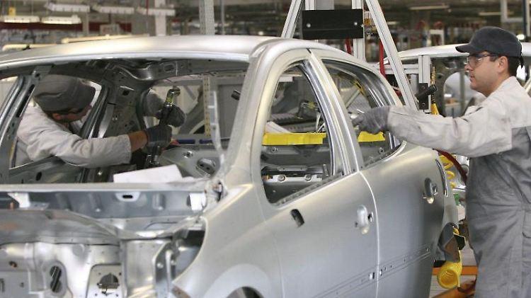 Produktionshalle von PSA Peugeot Citröen in Trnava in der Slowakei: Von den derzeit 45 Modellen des französischen Autobauers sollen nur 26 erhalten bleiben. Foto: Thomas Hudcovic