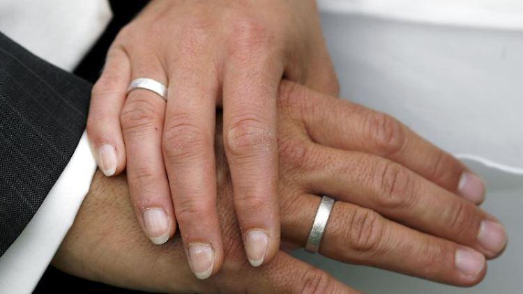 Nicht immer kommt es so weit, dass Mann und Frau sich Ringe an die Finger stecken. Foto: Jens Wolf