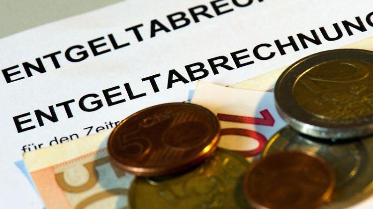 Die ersten richtigen Gehälter sollten Berufseinsteigern dazu dienen Schulden zu tilgen und zu sparen. Foto: Arno Burgi