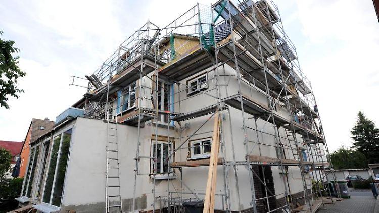 Häuser aus den 50er und 60er Jahren können ein Schatz sein - oder einReinfall. Interessenten müssen sich den Sanierungsbedarf genau anschauen. Foto: Uwe Zucchi