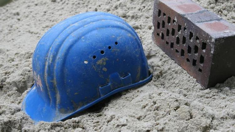 Bei der Tiefe einer Baugrube müssen sich die Planer an den benachbarten Bestandsbauten orientieren. Foto: dpa-infocom