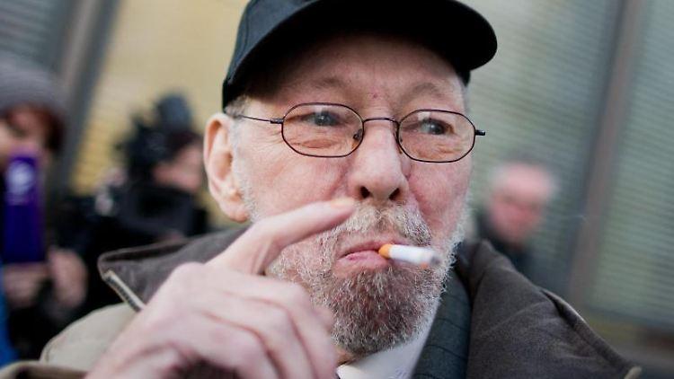 Schlappe für Friedhelm Adolfs. Der Raucher muss seine Wohnung räumen. Foto: Rolf Vennenbernd
