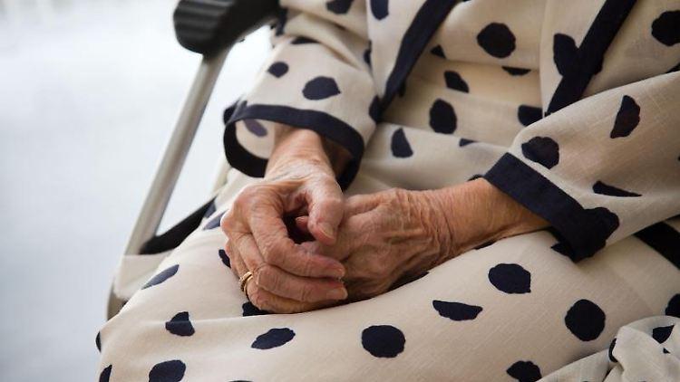 Der Pflege-TÜV hat einem Kritikpunkt nichts geändert: Noch immer fehlen Pflegekräfte und mehr Zuwendung. Foto: Frank Rumpenhorst