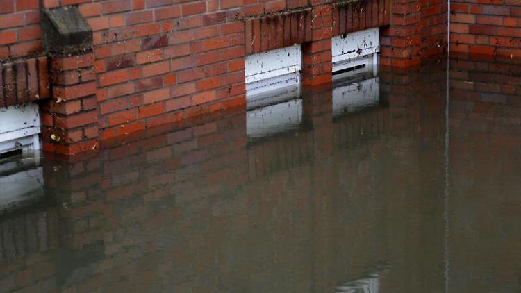 Starke Gewitter mit viel Regen führen zu Wasserschäden. Diese sollten die Hausbesitzer vor dem Aufräumen dokumentieren. Foto: Caroline Seidel