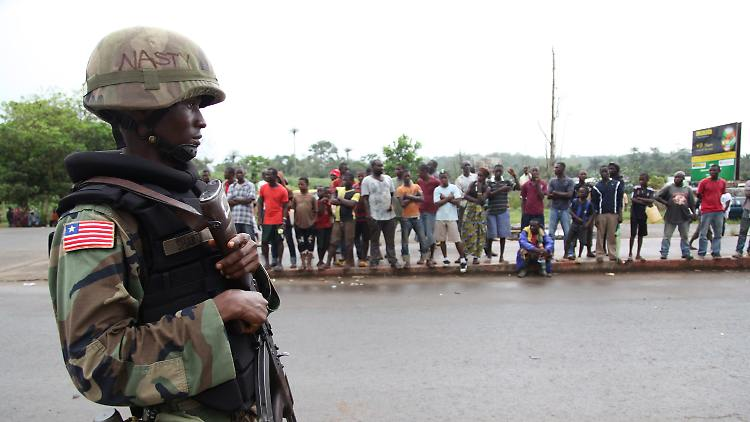 Ein liberischer Soldat verhindert, dass Einwohner aus der Grafschaft Bomi in die Hauptstadt Monrovia kommen. Ein Versuch, zu verhindern, dass sich das tödliche Ebola Virus weiter verbreitet.