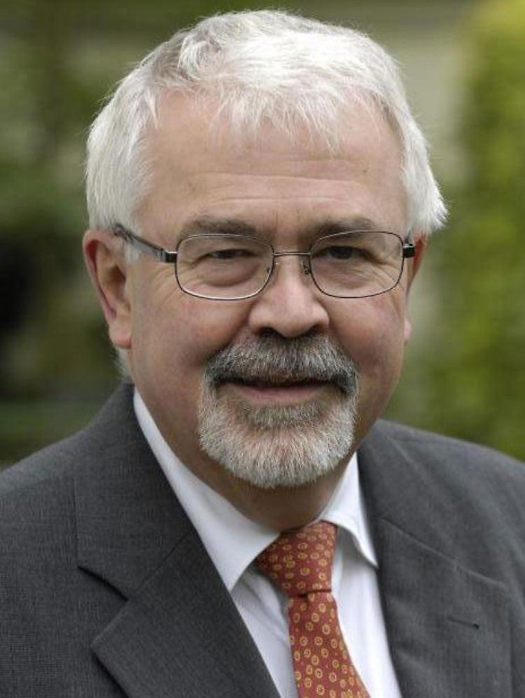 """Helmut Becker schreibt für n-tv.de eine monatliche Kolumne rund um den Automarkt. Becker war 24 Jahre Chefvolkswirt bei BMW und leitet das """"Institut für Wirtschaftsanalyse und Kommunikation (IWK)"""". Er berät Unternehmen in automobilspezifischen Fragen."""