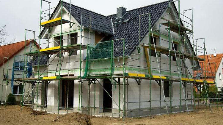 Nicht nur das Haus kostet Geld. Auch für das Grundstück müssen Käufer bezahlen. Eine preiswertere Alternative kann die Erbpacht sein. Foto: Andrea Warnecke