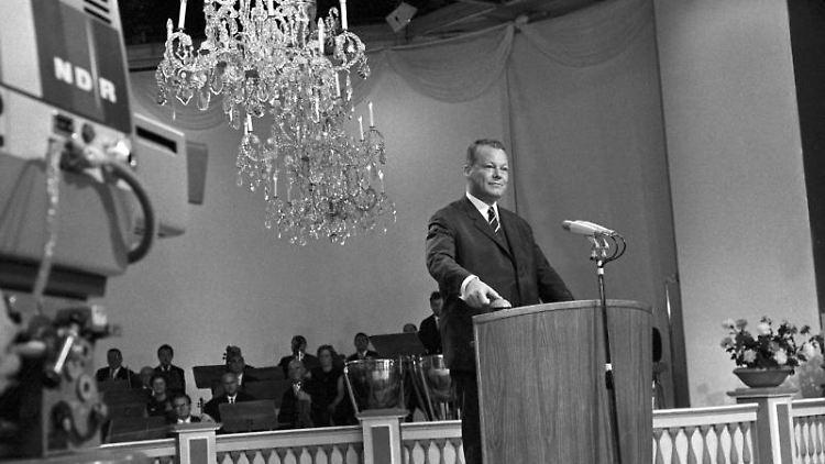 Bundesaußenminister Willy Brandt löst 1967 auf der