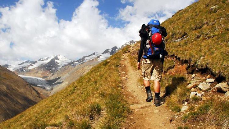 Nicht einfach draufloswandern: Wer in den Alpen unterwegs ist, muss an die passende Ausrüstung denken.jpg