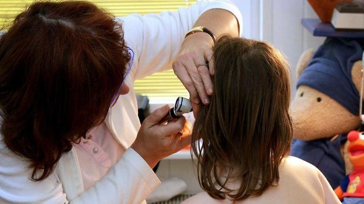 Mädchen beim Arzt: Der Studie zufolge werden Kindern in Deutschland immer weniger Antibiotika verschrieben. Foto: Patrick Pleul