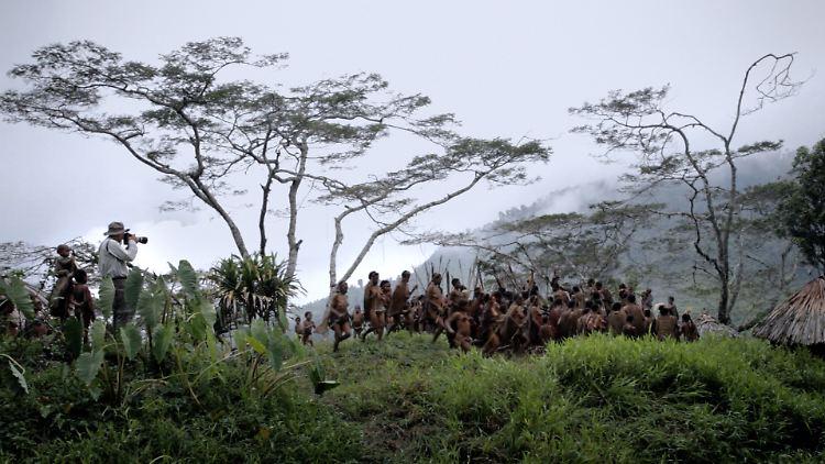 Das Salz der Erde_Sebastião Salgado bei den Yali in Papua.jpg