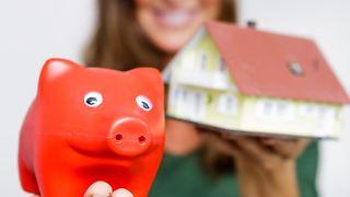 Bei einem Immobilienkredit kommt es nicht nur auf die Höhe der Zinsen an. Wichtig ist auch, dass Eigentümer flexibel bleiben, zum Beispiel bei der Tilgung. Foto: Monique Wüstenhagen