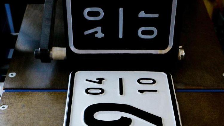 Mit einem Saisonkennzeichen lassen sich Kfz-Steuern und Versicherungsbeitrag sparen - außerhalb des Zulassungszeitraums braucht das Fahrzeug dann aber ein Winterquartier auf Privatgrund. Foto: Markus Scholz