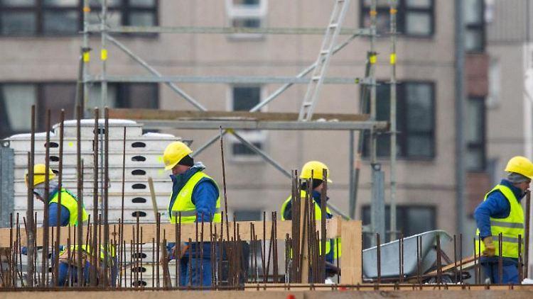 Wird auf dem Nachbargrundstück ein neues Haus errichtet, sind Anwohner dem Baulärm ausgesetzt. Dies kann eine Mietminderung rechtfertigen, wenn die Baumaßnahmen nicht absehbar waren. Foto: Hannibal
