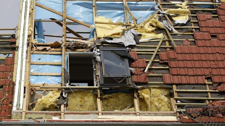 Deckt der Sturm das Dach ab, wird der Schaden über die Wohngebäudeversicherung reguliert. Foto: Oliver Killig