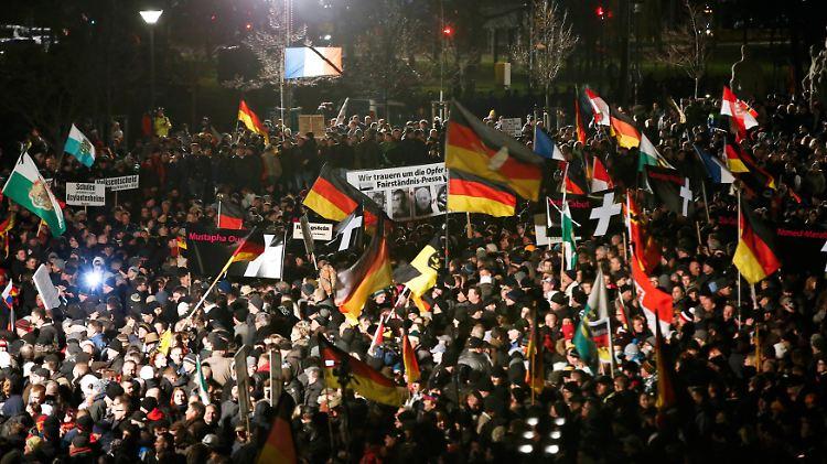 2015-01-12T181035Z_262298097_LR2EB1C1EHCLT_RTRMADP_3_GERMANY-ISLAM-PROTESTS.JPG3510341929221045657.jpg